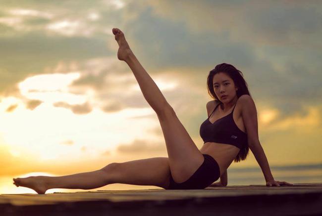 """Nữ diễn viên Clara Lee được mệnh danh """"bom sex"""" xứ Hàn, là một biểu tượng gợi cảm trong nhiều bộ hình và tác phẩm truyền hình, điện ảnh. Tên tuổi cô còn phủ sóng ở cả thị trường Trung Quốc."""