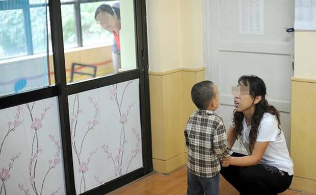 """TQ: Con trai kể ăn ruồi với chuột ở trường, mẹ tức giận chất vấn cô giáo nhưng câu trả lời khiến chị """"đứng hình"""" - 1"""