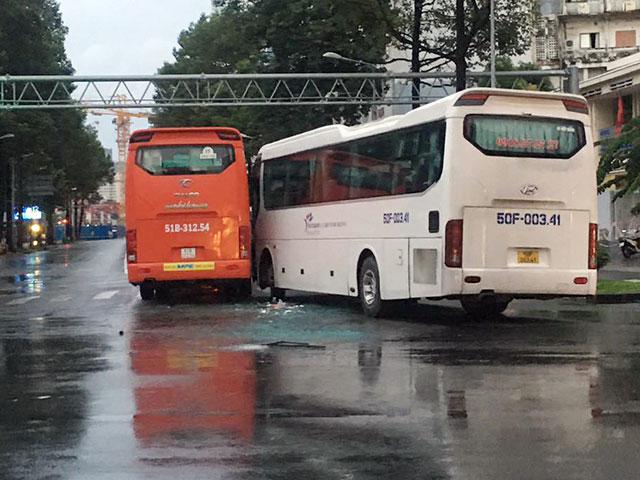 Xe chở y bác sĩ và xe chở công nhân va chạm nhau ở TP.HCM - 1