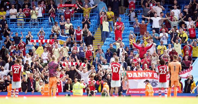 """Cực sốc Arsenal bị fan phản bội, quay ra cổ vũ Man City """"vùi dập"""" đội nhà - 1"""