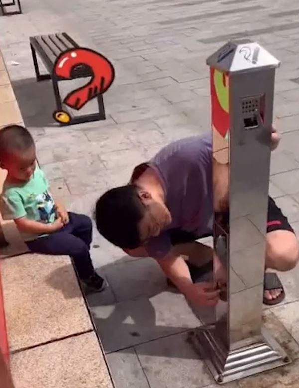 Cố ý vứt tiền xuống đất để thử con trai, hành động của cậu bé khiến ông bố đứng hình - 1