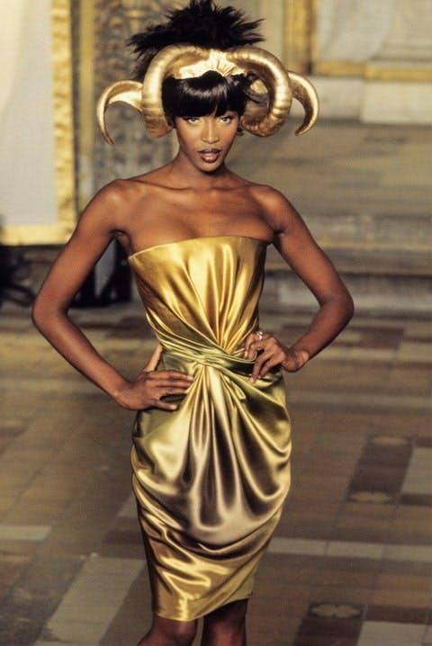 Naomi Campbell tiet lo danh doi tinh yeu cho su nghiep 2 1630466479 66 width480height718 Siêu mẫu Naomi Campbell tiết lộ đánh đổi tình yêu cho sự nghiệp