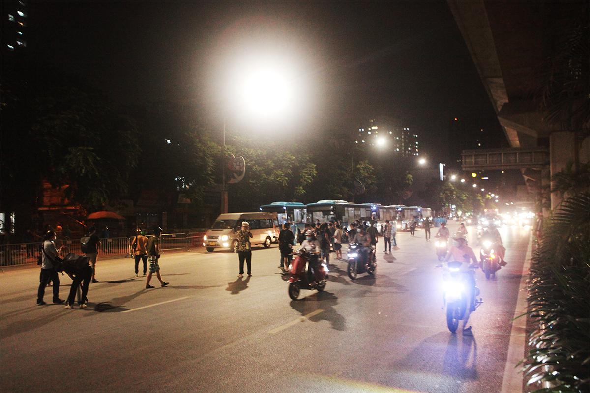 Ảnh:Di dời người dân khỏi ổ dịch ở phường Thanh Xuân Trung đến vùng an toàn - 1