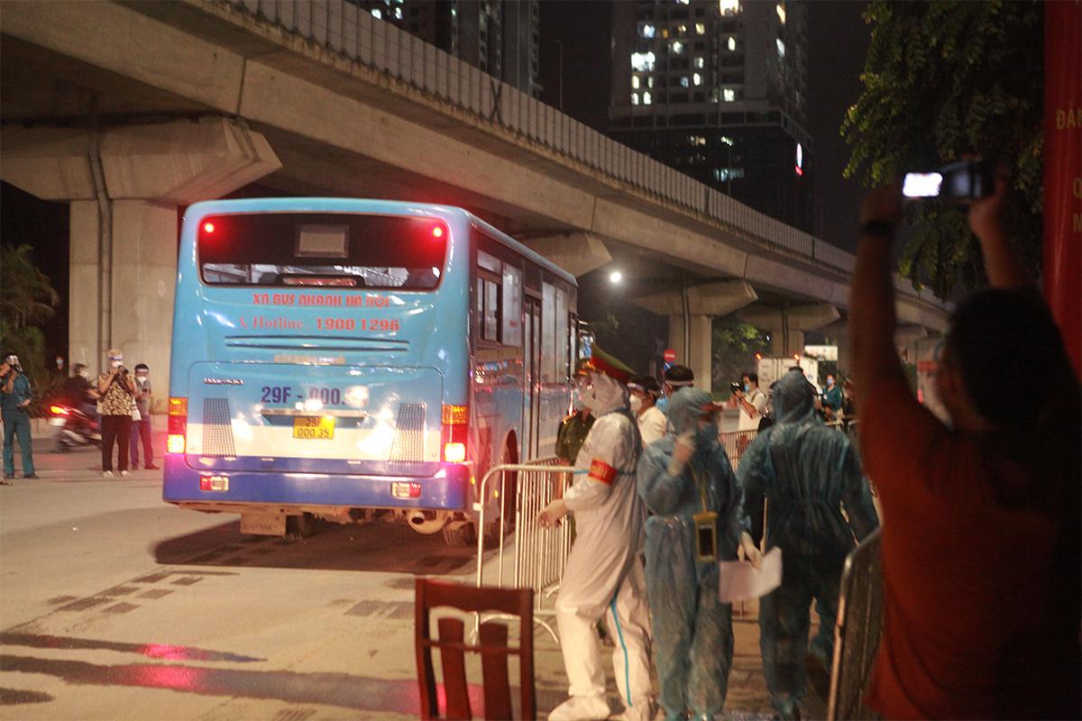Ảnh:Di dời người dân khỏi ổ dịch ở phường Thanh Xuân Trung đến vùng an toàn - 16