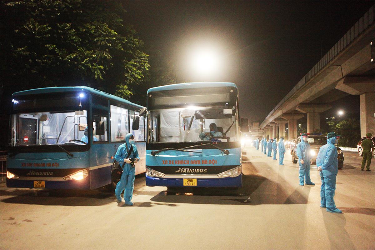Ảnh:Di dời người dân khỏi ổ dịch ở phường Thanh Xuân Trung đến vùng an toàn - 2