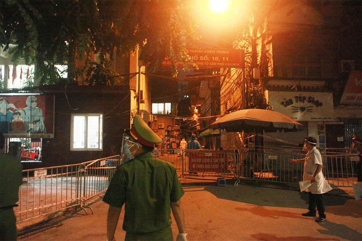 Ảnh:Di dời người dân khỏi ổ dịch ở phường Thanh Xuân Trung đến vùng an toàn - 6