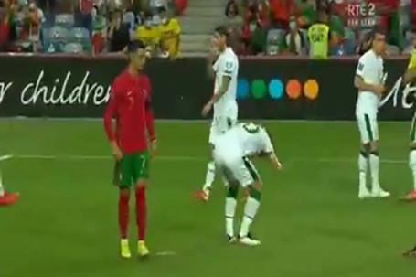 Cực choáng: Ronaldo tát đối thủ rồi đá hỏng 11m, fan Ireland đòi đuổi cổ