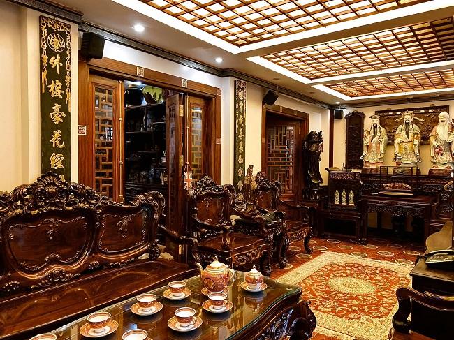 Căn nhà phố ở Hà Nội từng gây sốt cộng đồng mạng với nội thất gỗ bao phủ. Những món đồ được sưu tầm từ nhiều quốc gia mang dấu ấn cá nhân đặc trưng của gia chủ. (Ảnh: Sung Lee Nguyen)