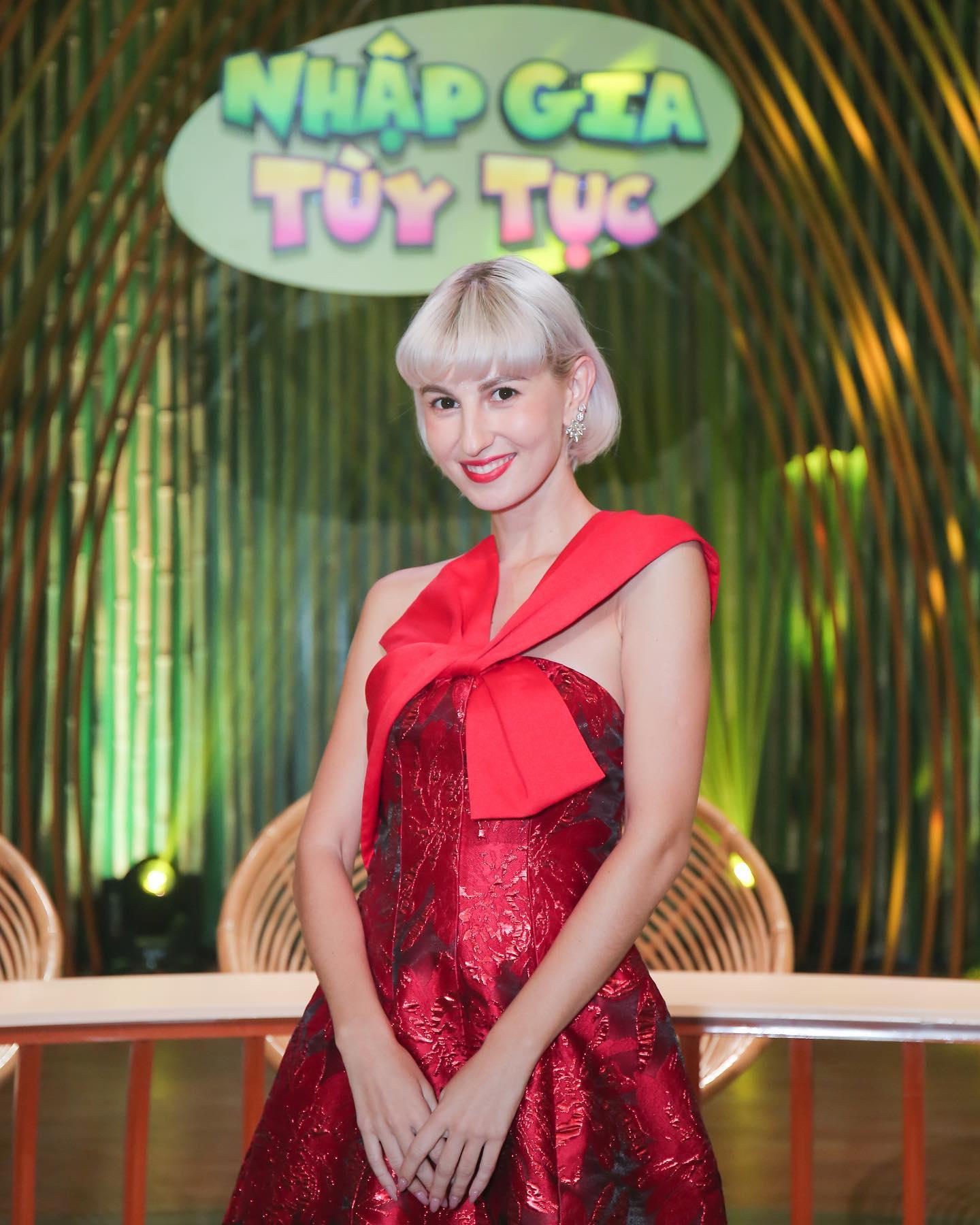 Nhan sắc nóng bỏng của nữ MC lai Pháp trên show truyền hình Việt Nam - 1