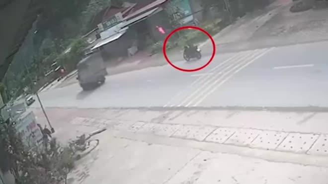 Clip: Sang đường kiểu tự sát, lái xe máy bị ô tô bán tải tông kinh hoàng - 1