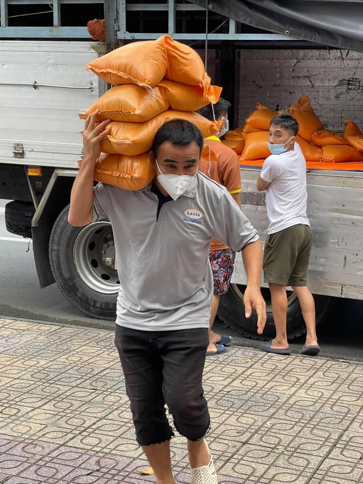 MC Quyền Linh mặc áo trái đi làm từ thiện, sự thật đằng sau khiến ai cũng ngỡ ngàng