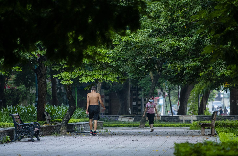 Hà Nội: Bất chấp giãn cách xã hội lần 4, người dân vùng đỏ vẫn ra đường tập thể dục - 11
