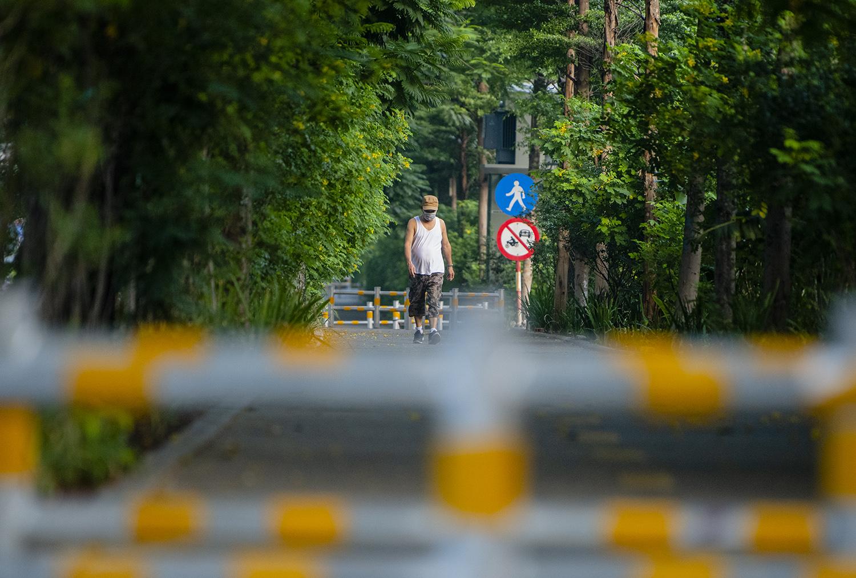 Hà Nội: Bất chấp giãn cách xã hội lần 4, người dân vùng đỏ vẫn ra đường tập thể dục - 13