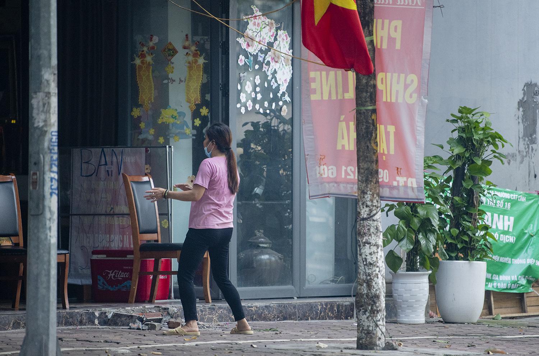 Hà Nội: Bất chấp giãn cách xã hội lần 4, người dân vùng đỏ vẫn ra đường tập thể dục - 14
