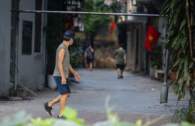 Hà Nội: Bất chấp giãn cách xã hội lần 4, người dân vùng đỏ vẫn ra đường tập thể dục - 1
