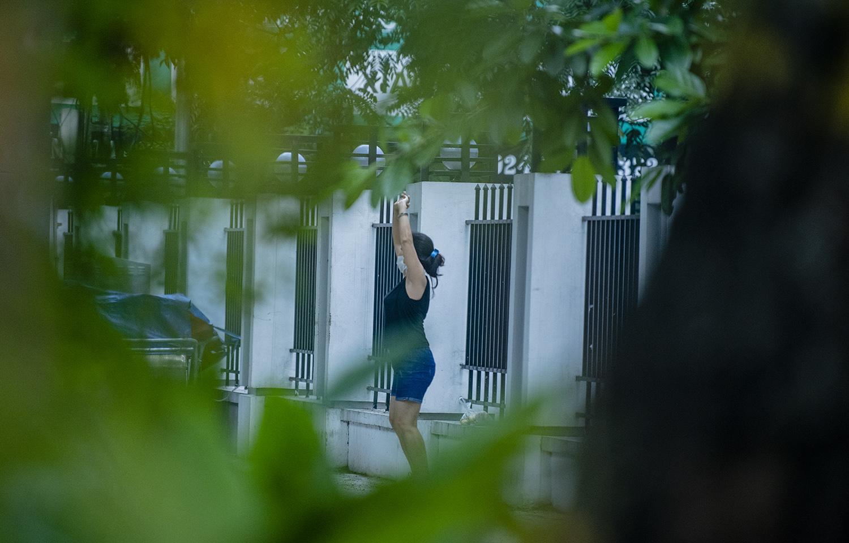 Hà Nội: Bất chấp giãn cách xã hội lần 4, người dân vùng đỏ vẫn ra đường tập thể dục - 2