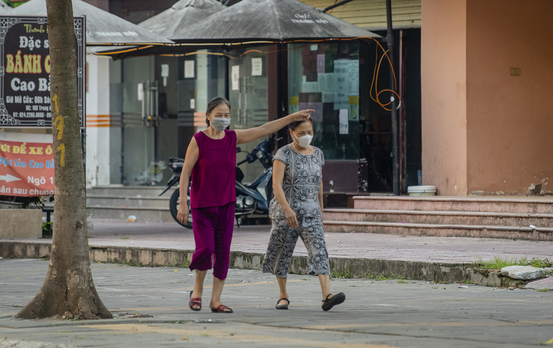 Hà Nội: Bất chấp giãn cách xã hội lần 4, người dân vùng đỏ vẫn ra đường tập thể dục - 6