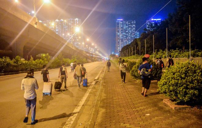CLIP: Hơn 30 người lao động tay xách nách mang đi bộ xuyên đêm để về quê - 1