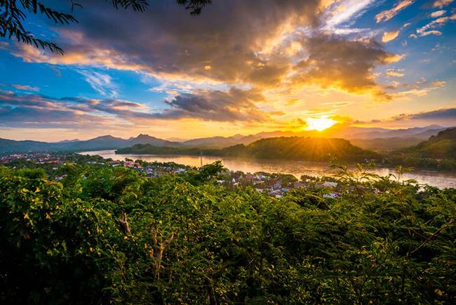 Núi Phousi nằm ở thị trấn Luang Prabang. Mặc dù việc leo lên đỉnh núi đầy thử thách, nhưng nó thật sự rất xứng đáng vì mang đến cho du khách tầm nhìn tuyệt vời để thưởng ngoạn quang cảnh toàn thành phố, với những ngôi đền và nhiều kỳ quan kiến trúc khác.