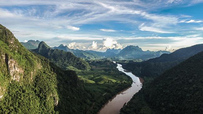 Nong Khiaw: Nếu bạn muốn trải nghiệm, khám phá một khu rừng nhiệt đới tươi tốt, dòng sông uốn lượn, những ngọn núi và vẻ đẹp cổ kính mà bạn không thể thấy ở bất cứ đâu, thì đây là ngôi làng dành cho bạn.