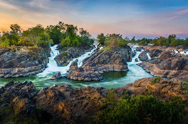 Si Phan Don là một quần đảo tuyệt đẹp ven sông Mekong, với 4.000 hòn đảo nhỏ. Nằm ở địa hình nhiều nước nên Si Phan Doncó cảnh quan tuyệt vời. Du khách có thểđi khám phá trên thuyền kayak khi đến vùng đất dường như bị tách rời khỏi nền văn minh này.