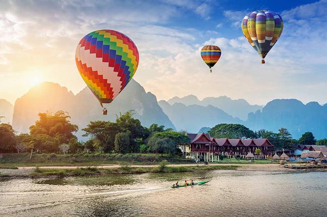 Vang Vieng làngôi làng danh lam thắng cảnh nổi tiếng, điểm đến yêu thích của du khách ba lô. Đây là nơi những người trẻ tuổi từ khắp nơi trên thế giới tụ tập để khám phá dãy núi đá vôi ấn tượnghaythả mình với con thuyền dập dềnh trên mặt nước êm đềm.