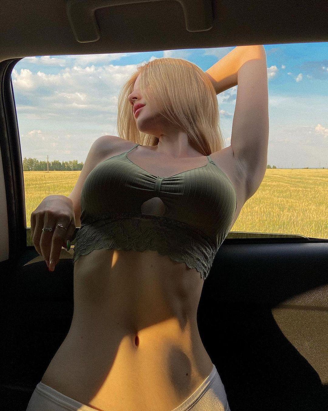 Trào lưu khoe chuẩn đẹp cơ thể trong xe hơi của các cô gái trẻ - 1