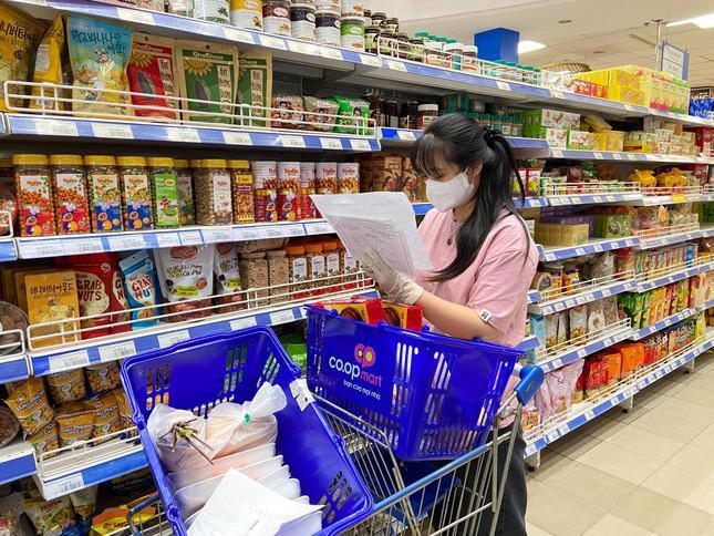 Bị kẹt lại TP. HCM, cô gái tham gia chống dịch và trổ tài làm bánh truyền cảm hứng - 1