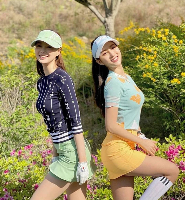Thông thường, các golfer sẽ mặc quần dài bằng vải kaki hoặc quần short. Tuy nhiên, ngày nay, các chị em sẽ chọn váy kèm quần bảo hộ ở bên trong để khoe khéo đôi chân dài miên man.