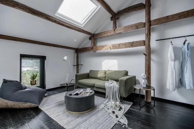 Căn nhà sau khi được thiết kế lại đã được tăng cường kết cấu gỗ bên trong, ánh sáng được bổ sung làm cho không gian sáng nhờ các ô cửa sổ nhỏ trên mái.