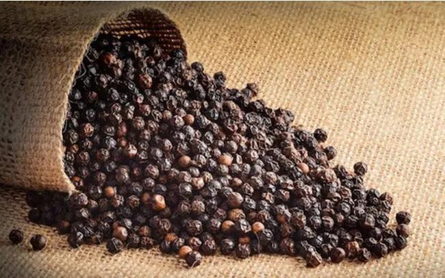 Trong khi nhiều loại hoa, trái cây lao đao vì dịch thì hạt tiêu bất ngờ liên tục tăng giá - 1