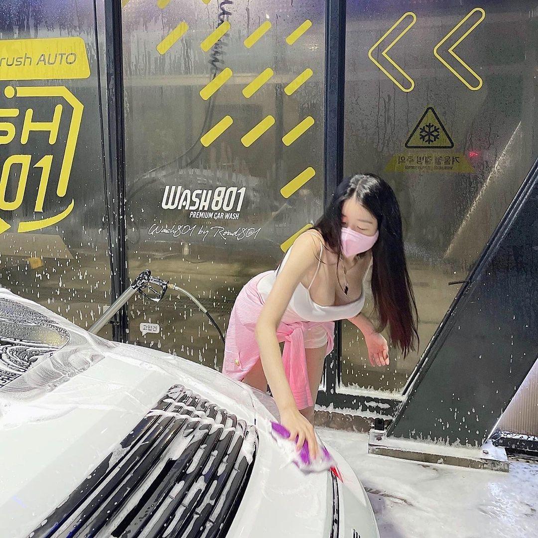 """Tiểu thư thành thị Hàn Quốc mặc """"chiếc áo bị cấm"""" đi rửa siêu xe 7 tỷ đồng - 1"""