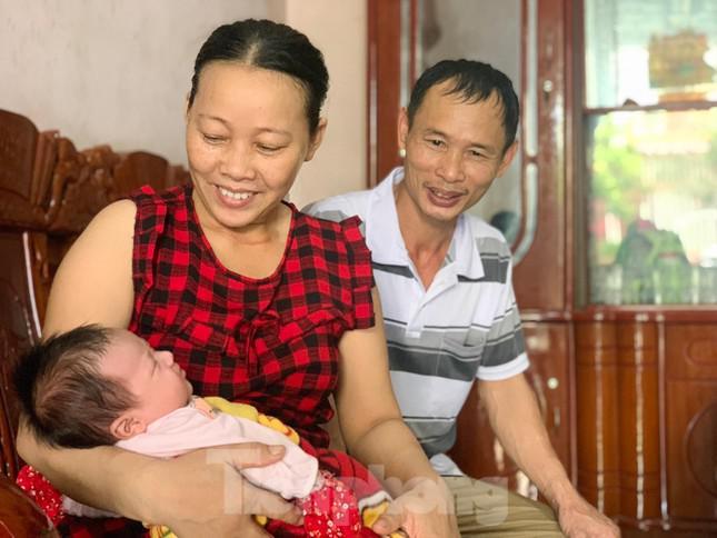 Mất 2 người con trai, vợ chồng hạnh phúc nhận nuôi bé gái bị bỏ rơi trước cổng nhà - 1