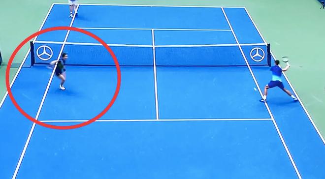 Djokovic suýt đánh bóng vào cậu bé nhặt bóng, ngán ngẩm đập nát vợt - 1