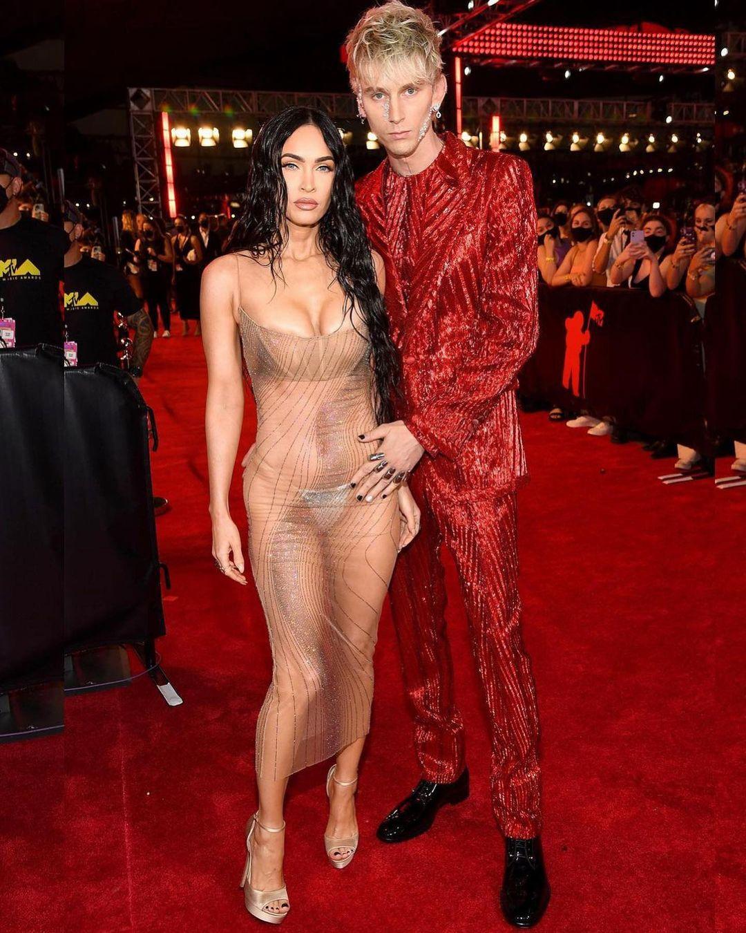 """Megan Fox goi nho chiec 241855471 249063183772646 3427357725472576456 n 1631500840 230 width1080height1350 Megan Fox gợi nhớ chiếc """"váy lộ 99% cơ thể"""" tai tiếng nhất lịch sử thảm đỏ"""
