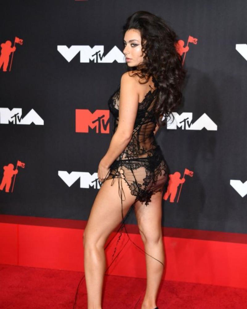 """Megan Fox goi nho chiec fg  2  1631501245 120 width800height1001 Megan Fox gợi nhớ chiếc """"váy lộ 99% cơ thể"""" tai tiếng nhất lịch sử thảm đỏ"""