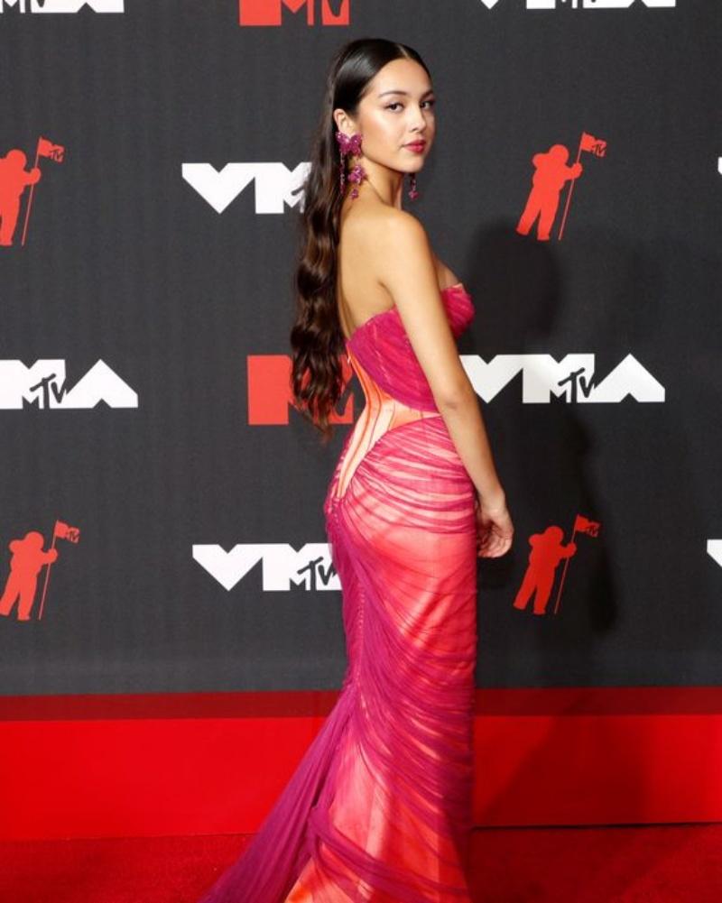 """Megan Fox goi nho chiec fg 1631501245 104 width800height1001 Megan Fox gợi nhớ chiếc """"váy lộ 99% cơ thể"""" tai tiếng nhất lịch sử thảm đỏ"""
