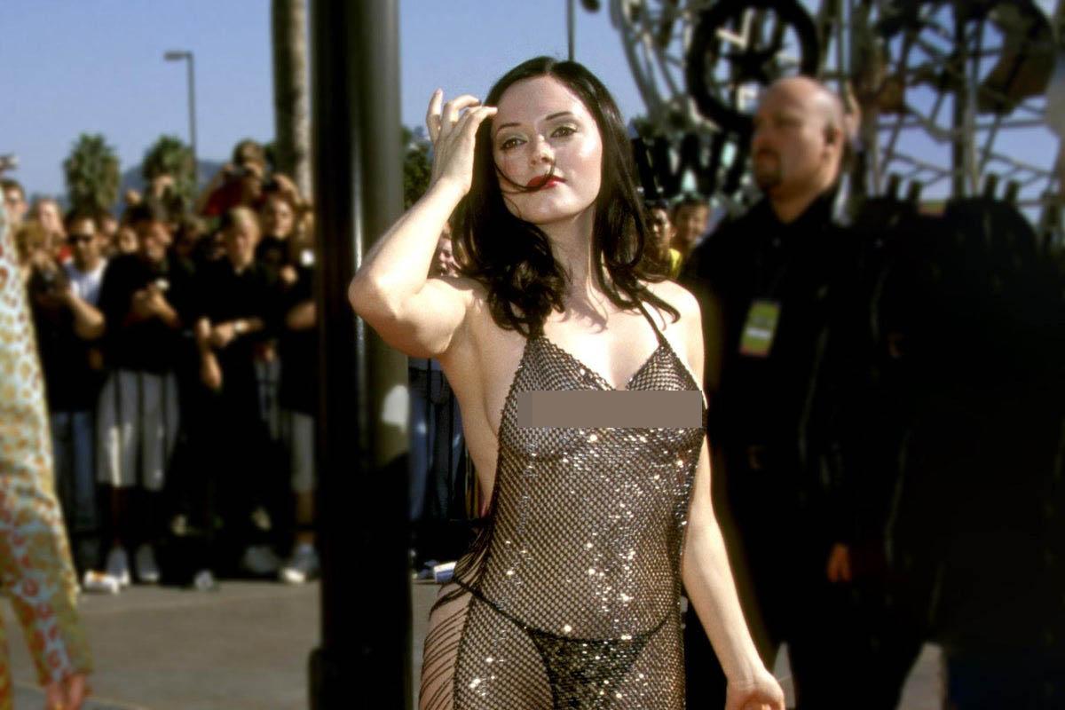 """Megan Fox goi nho chiec rosemcgowen 1998 5 1 19 1631500772 568 width1200height800 Megan Fox gợi nhớ chiếc """"váy lộ 99% cơ thể"""" tai tiếng nhất lịch sử thảm đỏ"""