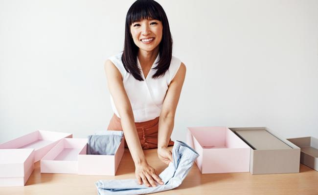 Marie Kondo là nữ doanh nhân Nhật Bản đã trở thành triệu phú chỉ nhờ việc… dọn dẹp và vứt bỏ những món không cần thiết trong nhà một cách thông minh.