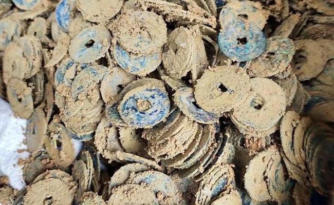 Một cửa hiệu chuyên kinh doanh tiền cổ cho hay, tiền Minh Mệnh Thông Bảo hiện có giá thị trường khoảng 30.000 - 50.000 đồng/cặp.