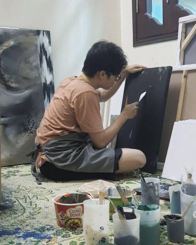 Chàng trai đam mê với những bức tranh vẽ từ… rác - 1