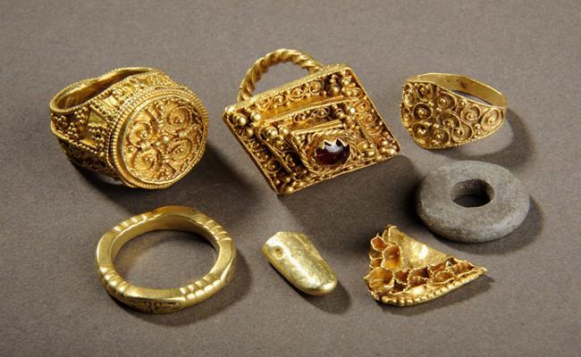 Năm 2009, hai người đàn ông đã phát hiện ra kho báu Anglo-Saxon có trị giá lên tới 3,3 triệu bảng Anh (103 tỷ đồng) trong khi đào vườn nhà.