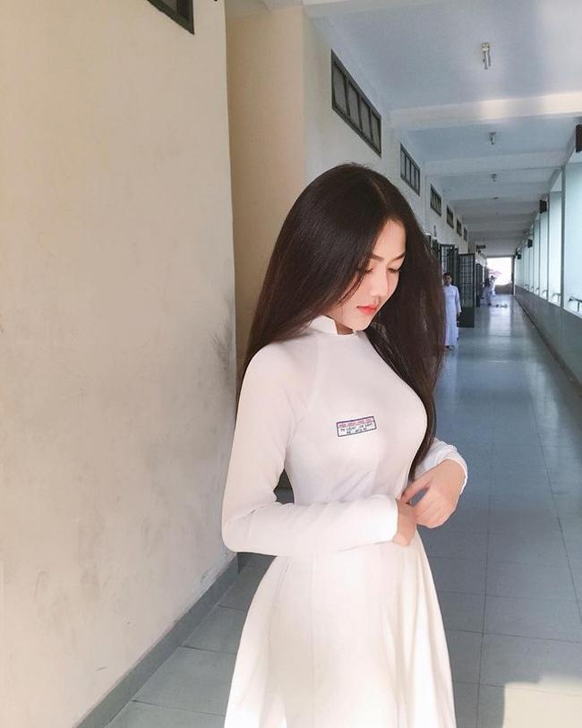 Triệu Vy (cựu nữ sinh trường THPT Bình Hưng Hòa, TP.HCM) được biết đến với hình ảnh mặc áo dài trắng xinh đẹp cùng cái tên đặc biệt.