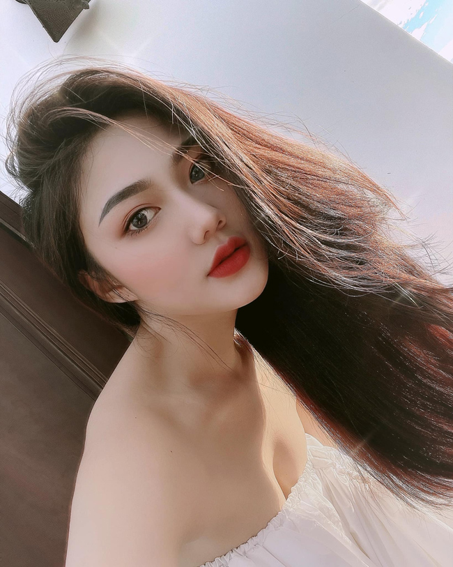 """Được biết đến nhờ hình ảnh """"nữ sinh diện áo dài xinh đẹp"""", cuộc sống Triệu Vy có khá nhiều thay đổi."""
