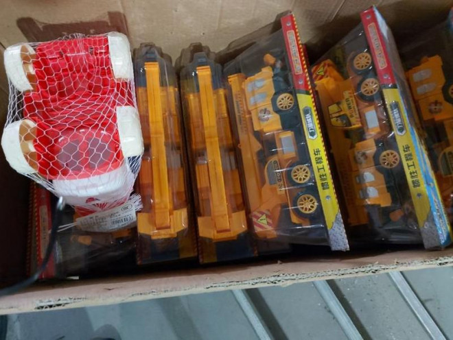 Đột kích kho đồ chơi Trung thu ''Made in China'' khủng nghi vi phạm - 1
