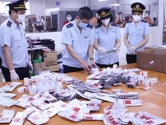 Núp bóng quà biếu tặng, tuồn thuốc trị COVID-19 về Việt Nam: Lộ chi tiết bất thường - 1