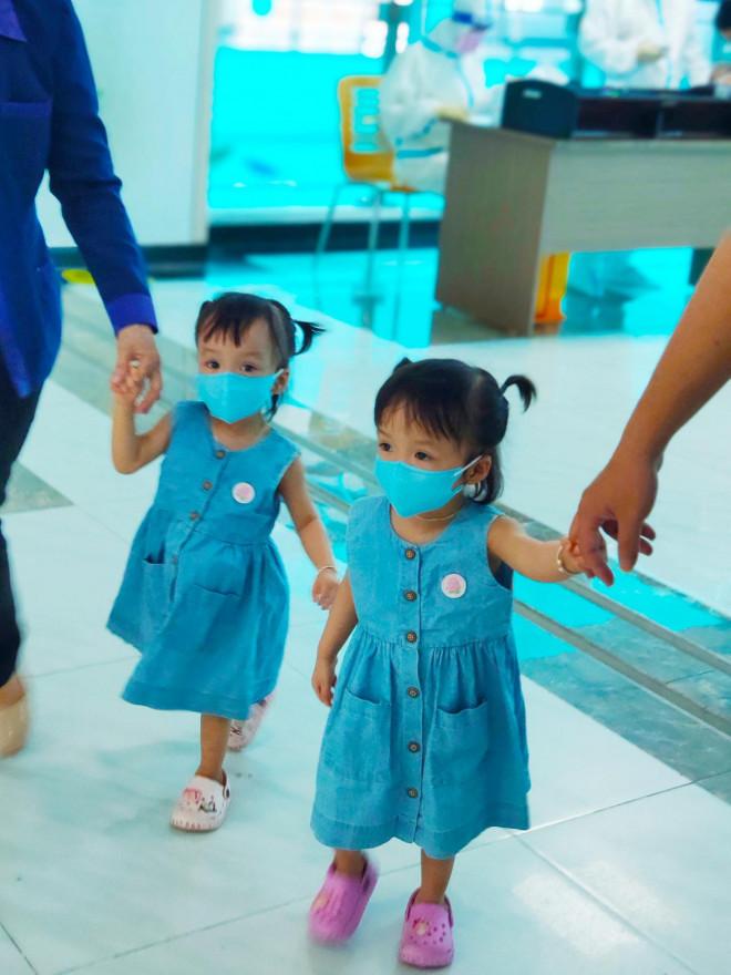 Hình ảnh mới cực đáng yêu của Trúc Nhi - Diệu Nhi khi đi tiêm chủng - 1