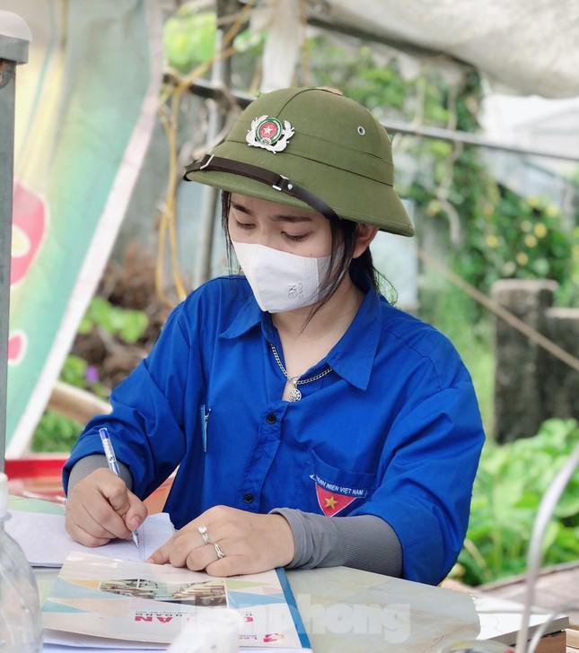 Nữ sinh lớp 12 chiều học online, sáng tối đi tình nguyện chống dịch - 1