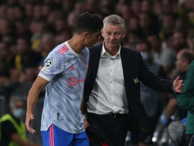 """Ronaldo gây sốt """"vượt quyền"""" Solskjaer chỉ đạo cầu thủ MU, bị Ferdinand mắng - 1"""