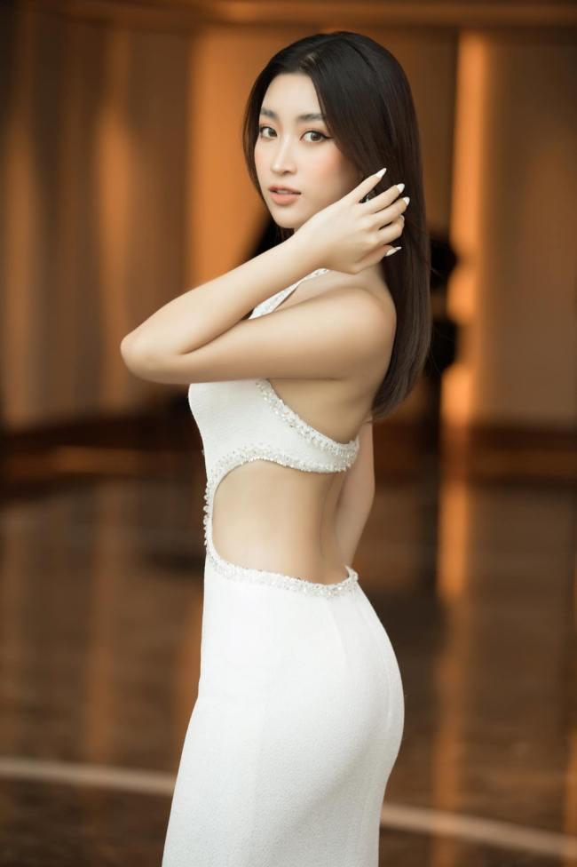 Đỗ Mỹ Linh nổi tiếng là nàng hậu có phong cách thời trang ngoan hiềnnên số lần cô mặc gợi cảm rất hiếm.